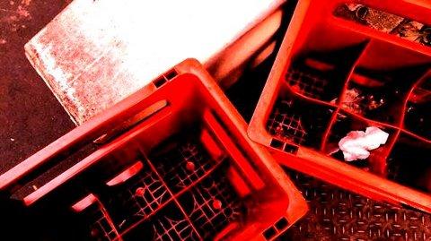 写真・赤いビールケース.JPG
